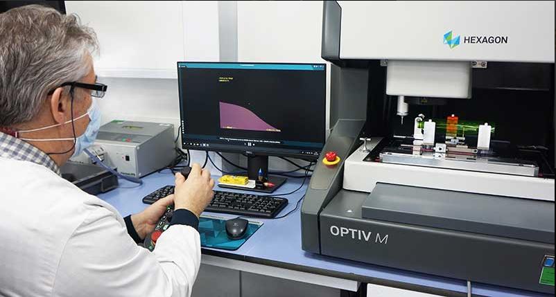 Précision et rapidité dans les contrôles dimensionnels de flacons et capsules L'Oréal