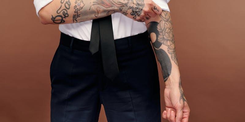 Peut-on porter un tatouage au travail ?